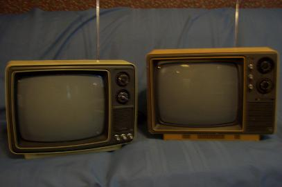Image gallery old floor model televisions for Floor model tv